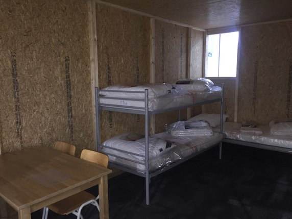 des cabanes en bois agglom r remplacent les installations ikea la libert. Black Bedroom Furniture Sets. Home Design Ideas