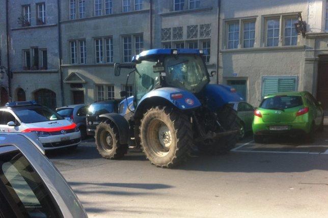 Le zoophile de 19 ans a été arrêté sur un tracteur volé, dimanche matin, par une patrouille de police à la rue de la Samaritaine, à Fribourg. © scoop lecteur
