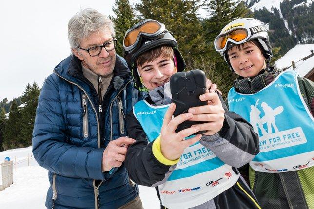 Une soixantaine d'enfants de Fribourg, de Bulle et de la région ont dévalé les pistes de Moléson mercredi après midi en compagnie de Bernhard Russi.