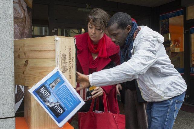 Julia Scinto et Ibrahim Nimaga, du groupe Fribourg Demain – Mouvement art et culture, installent une boîte à livres dans le quartier de Beauregard, à Fribourg. © Alain Wicht