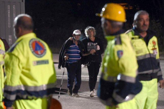 Séisme en Italie: au moins 159 morts, les recherches continuent