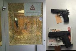 Des jeunes tirent sur les fenêtres d'une école