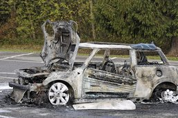 Un véhicule en flammes à Guin