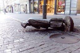 Une statue emblématique renversée à Fribourg