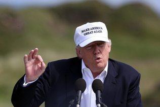 Drapeaux mexicains et arc-en-ciel: Donald Trump chahuté en Ecosse