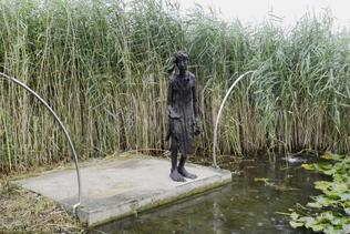 Une sculpture veille sur le lac