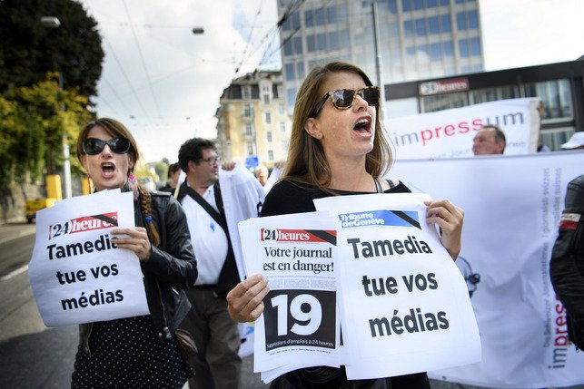 Plus de 150 journalistes ont manifesté mardi à Lausanne, après les annonces de licenciements à «24 heures» et à la «Tribune de Genève». © Keystone / Laurent Gilliéron
