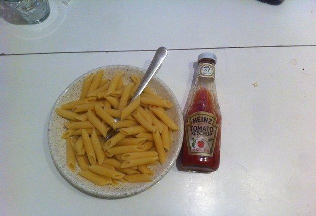 Les pâtes et le ketchup : piliers de la cuisine de l'étudiant sans le sou.