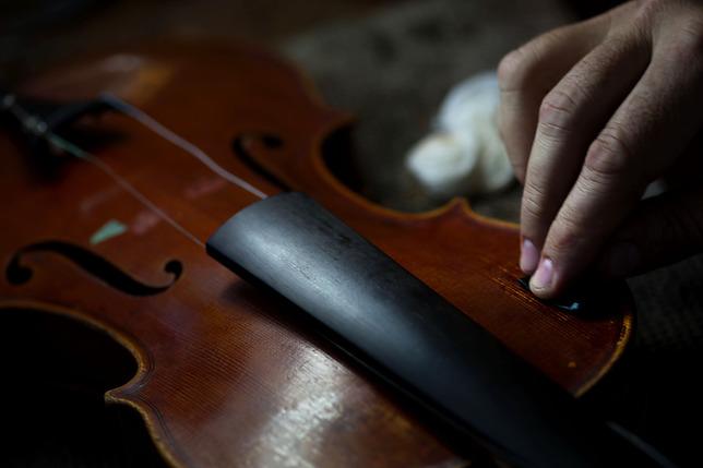 Volé à Paris, retrouvé en Serbie, un violon rendu à la France