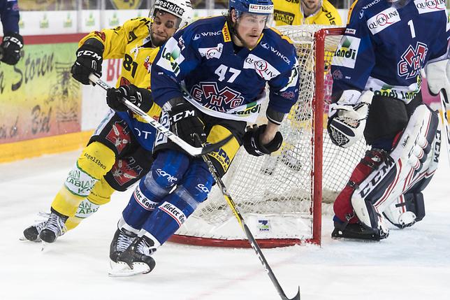 Un hockeyeur du HC Bienne arrête un voleur avec un bodycheck