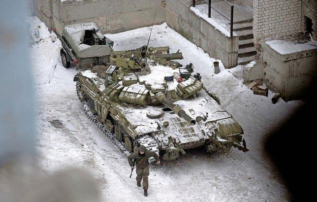 L'armée ukrainienne et les séparatistes prorusses s'affrontent à l'artillerie lourde dans le Donbass.  © Keystone