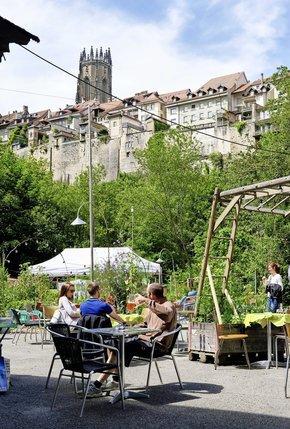 Le Port mêle restaurant, jardins et activités culturelles sur le site del'ancienne usine à gaz, en Basse-Ville de Fribourg.  © Charles Ellena-archives