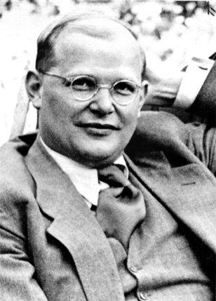 Le théologien Dietrich Bonhoeffer (à g.) est entré en Résistance en 1938 grâce à la complicité de son beau-frère Hans von Dohnanyi (en haut à dr.). Avec les hauts gradés Wilhelm Canaris (centre) et Henning von Tresckow (en bas), ils ont participé à un complot pour renverser Hitler. © BArch/DR