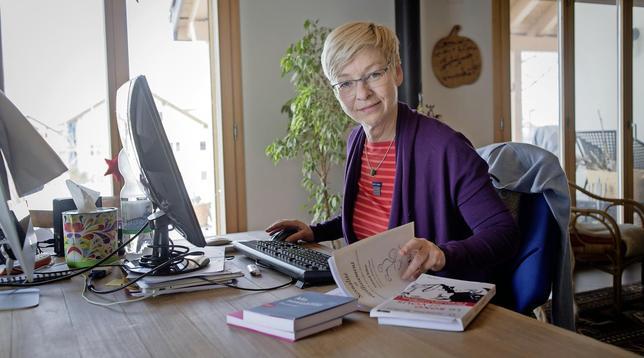 Ellen Weigand prépare ses conférences dans sa maison de Sarzens. Elle y vit depuis huit ans.  © Alain Wicht/La Liberté