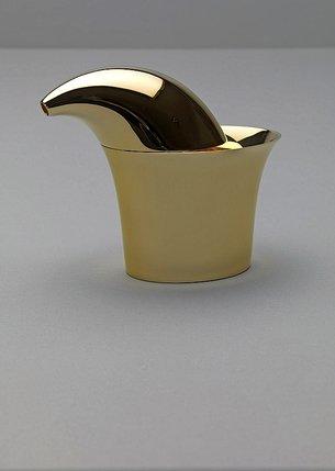 De gauche à droite, un pot en argent et or plaqué, une théière en porcelaine et une carafe en acier inoxydable.  © Erik & Petra Hesmerg