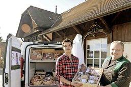 Un jeune boucher livre la viande sur le pas de la porte
