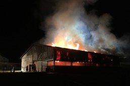 Un hangar agricole en feu
