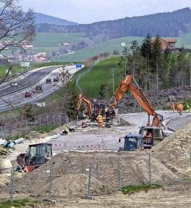 Actuellement en chantier, l'aire d'accueil des gens du voyage de la Joux-des-Ponts sera disponible en juin, indique l'Office fédéral des routes.  © Alain Wicht