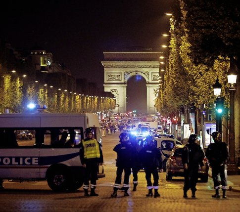 L'avenue des Champs-Elysées a été complètement bouclée par les forces de l'ordre.  © Keystone
