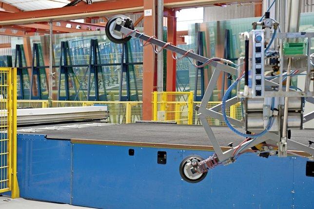 Table de coupe, stockeurs, fours et autres machines ont été installés dans les locaux de Saint-Gobain Glass Solutions en 2010 pour l'arrivée de Vetrotech. © Corinne Aeberhard