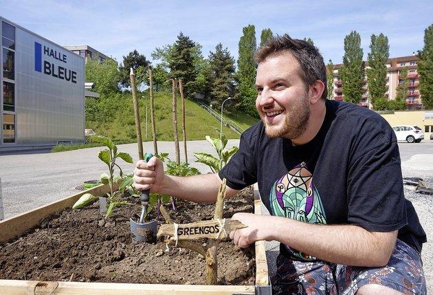 Avec les autres membres de l'association Greengos, Vincent Paquier entend s'initier au jardinage urbain sur la place de l'ancienne brasserie Cardinal.  © Thibaut Vultier