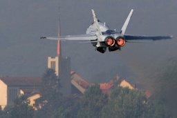 Un F/A-18 décolle depuis Payerne pour escorter un jet