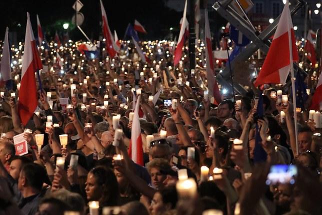 Walesa rejoint les protestations contre la loi sur la Cour Suprême