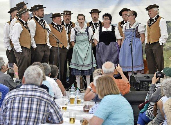 Cor des Alpes, yodel (en haut le club de Bellegarde), Ländlermusik: personne n'a boudé son plaisir ce week-end, à Vounetz.  © Vincent Murith