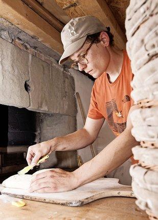 Chaque vendredi, Antoine Junod prépare ses pains pour les faire cuire au feu de bois.  © Diane Deschenaux