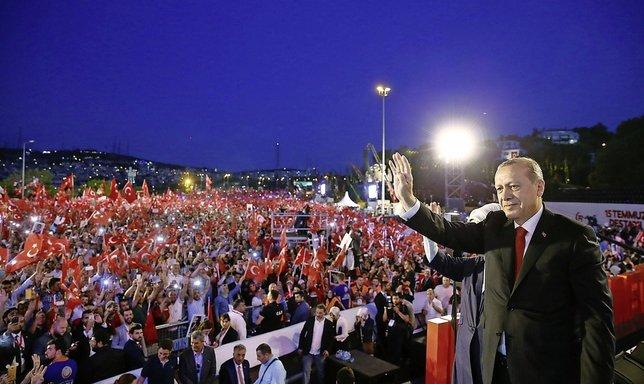 Des centaines de milliers de Turcs ont commémoré dans la nuit de samedi à dimanche le putsch manqué contre le président Erdogan.  © Keystone