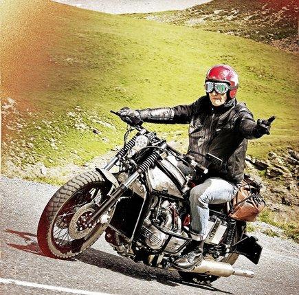 Reto Blumer a retapé sa machine dix mois durant, à raison de deux heures par jour. Il en a fait une moto singulière, à son image.  © Alain Wicht