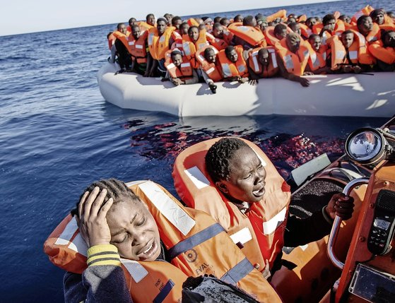 Plutôt que d'embarquer vers l'Italie les migrants recueillis au large de la Libye (photo), les militants de Defend Europe veulent prévenir les garde-côtes libyens pour qu'ils les ramènent à leur point de départ.  © Keystone