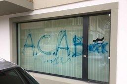 Des inconnus ont tagué le poste de police de Flamatt