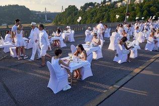 Tous en blanc sur le pont de Zaehringen