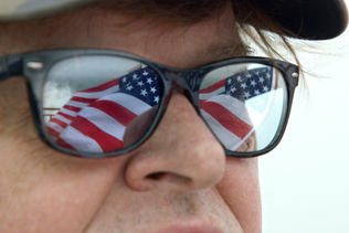 Michael Moore lance à New York son one man show anti-Trump