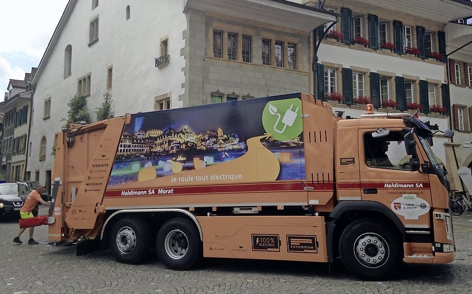 un camion poubelle du futur travers les rues de morat la libert. Black Bedroom Furniture Sets. Home Design Ideas