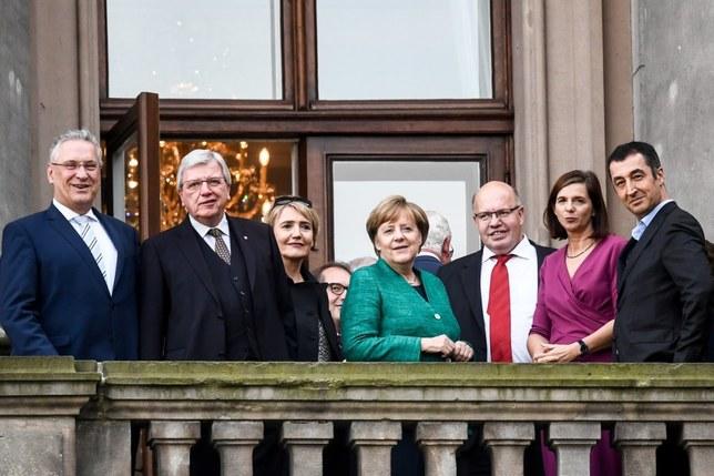 En quête de gouvernement, Merkel lance des négociations ardues