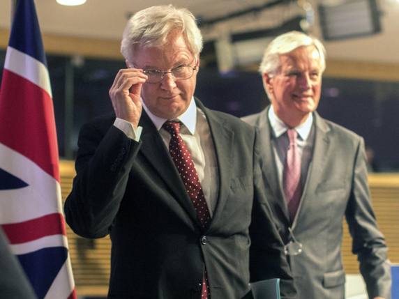 Michel Barnier (d.) et son homologue britannique David Davis (g.) butent sur l'épineuse question de la facture du Brexit (archives). © KEYSTONE/AP/OLIVIER MATTHYS