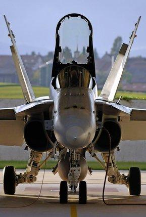 Grâce à une formation plus courte, les pilotes militaires peuvent voler deux ans plus tôt dans le cockpit d'un F/A-18 Hornet.  © Alain Wicht-archives