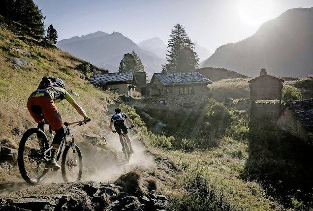 Rouler dans la nature au milieu des mayens valaisans: l'un des petits plaisirs des participants au Swiss Epic. © Perskindol Swiss Epic