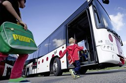 Des écoliers debout dans les bus