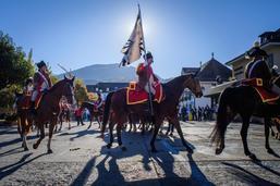 Remise du drapeau du Cadre Noir et Blanc de Fribourg