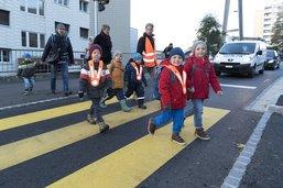 Des clowns et un préfet sur le chemin de l'école