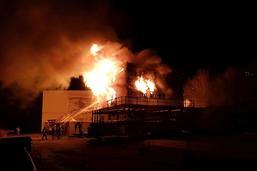 Un bâtiment abritant un élevage de poissons détruit par les flammes