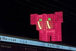 Un éléphant rouge sur les toits