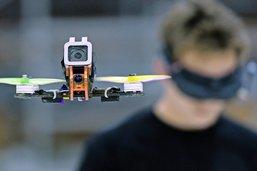 Le drone de course décolle et décape