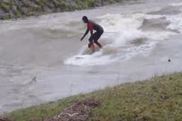 Deux surfeurs sur la Broye