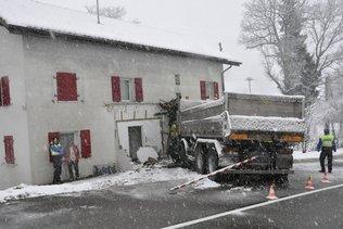 Un camion s'encastre dans une façade de maison à Villarsel-sur-Marly