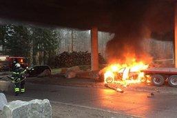 Une voiture prend feu après une collision à Galmiz