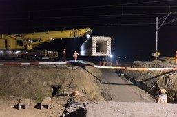 Pose de deux aqueducs de 60 tonnes sur un chantier des CFF